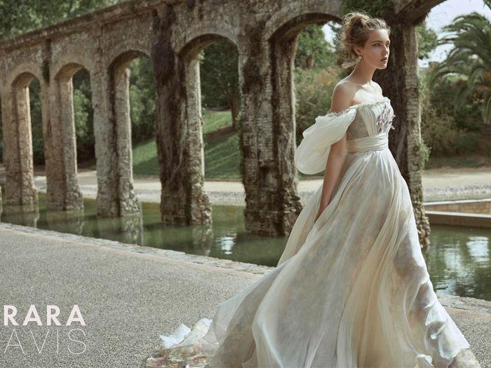 5b196ce5b3fe235 Она является еще более смелым продолжением коллекции «Wedding bloom»,  задавшей белорусским невестам такие тренды, как цветные воздушные модели и  объемное ...